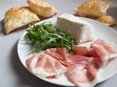 Charcuteries et fromage italiens accompagnés de gnoccho frito : de la pâte frite et croustillante cuisiné par Elise