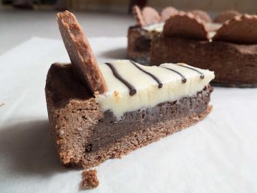 Tarte cappuccino : base de pâte brisée, crème de café et crème chocolat noir et chocolat blanc cuisiné par Elise