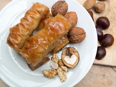 Baklavas maison : délicieux feuilletés au beurre et aux noix. La préparation étant longue, Irfan les préparera à l'avance cuisiné par Irfan
