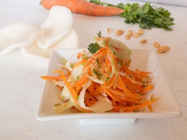 Coleslaw saigonnais à manger sur des chips de crevette pour une expérience fraiche et croquante cuisiné par Kevin