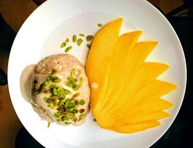 Riz gluant au lait de coco et mangue fraîche, riz soufflé craquant cuisiné par Thao-Suong