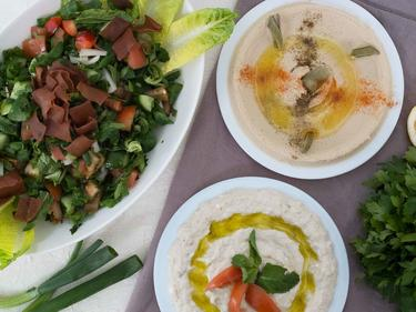Mezze syrien : houmous, caviar d'aubergine et salade fattouche cuisiné par Wafaa