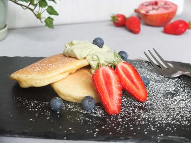 Pancake,chantilly au thé vert, fruits rouges cuisiné par Yuka